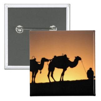 Silueta de la caravana del camello en el desierto  pin cuadrada 5 cm