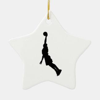 Silueta de la clavada del baloncesto adorno navideño de cerámica en forma de estrella
