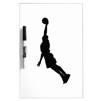 Silueta de la clavada del baloncesto pizarra