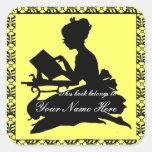 Silueta de la lectura del chica - amarillo limón calcomania cuadrada personalizada