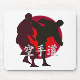 Silueta de la lucha del karate, fondo rojo del alfombrilla de raton