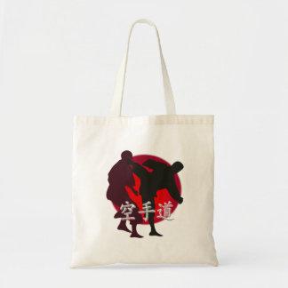 Silueta de la lucha del karate, fondo rojo del bolsa tela barata