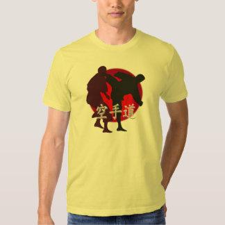 Silueta de la lucha del karate, fondo rojo del camisas