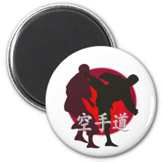 Silueta de la lucha del karate, fondo rojo del cír imán redondo 5 cm