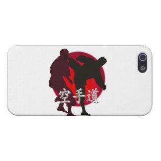 Silueta de la lucha del karate, fondo rojo del cír iPhone 5 carcasa