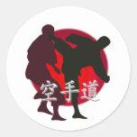 Silueta de la lucha del karate, fondo rojo del cír etiquetas redondas