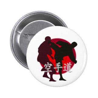 Silueta de la lucha del karate, fondo rojo del cír pin redondo de 2 pulgadas