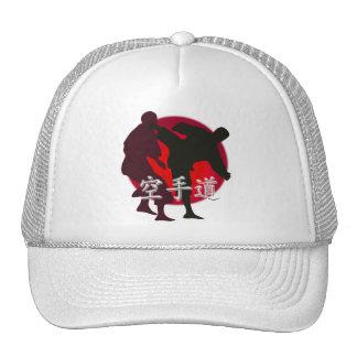 Silueta de la lucha del karate, fondo rojo del gorras
