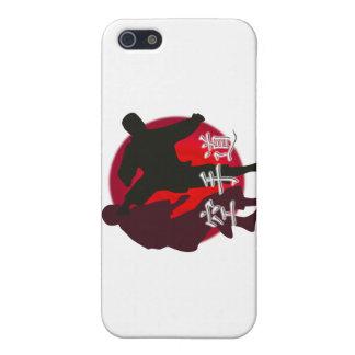 Silueta de la lucha del karate, fondo rojo del iPhone 5 funda
