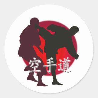Silueta de la lucha del karate, fondo rojo del pegatina redonda
