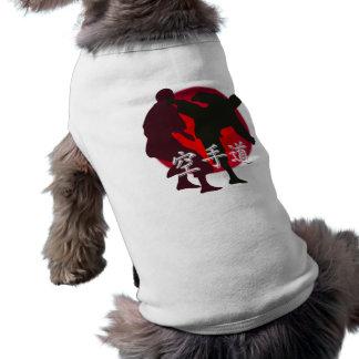 Silueta de la lucha del karate, fondo rojo del playera sin mangas para perro