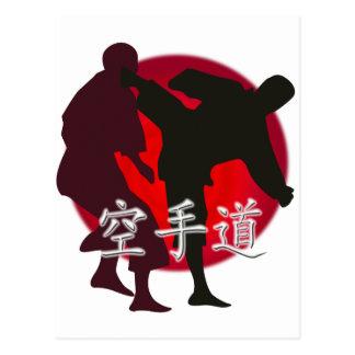 Silueta de la lucha del karate, fondo rojo del tarjetas postales