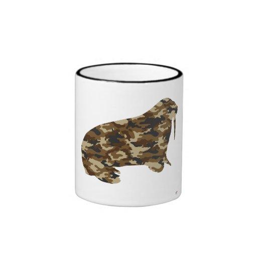 Silueta de la morsa del camuflaje taza de café