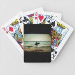 Silueta de la persona que practica surf del estilo barajas de cartas