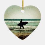 Silueta de la persona que practica surf del estilo ornaments para arbol de navidad