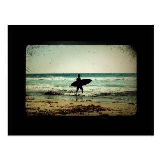 Silueta de la persona que practica surf del estilo postal