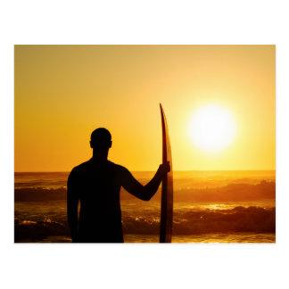 Silueta de la persona que practica surf en la tarjetas postales