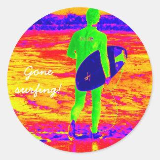 Silueta de la persona que practica surf pegatina redonda