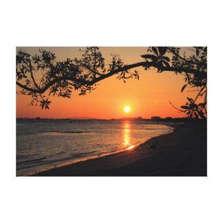 Silueta de la puesta del sol con la rama de árbol lienzo envuelto para galerias