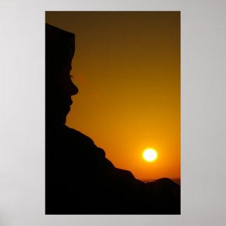 Silueta de la puesta del sol de la playa póster
