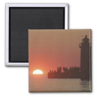 Silueta de la puesta del sol del faro de la gente  imán cuadrado