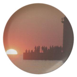 Silueta de la puesta del sol del faro de la gente  platos de comidas