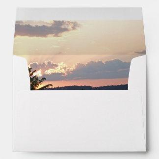 Silueta de la puesta del sol sobres