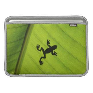 Silueta de la rana a través de la hoja del plátano funda  MacBook