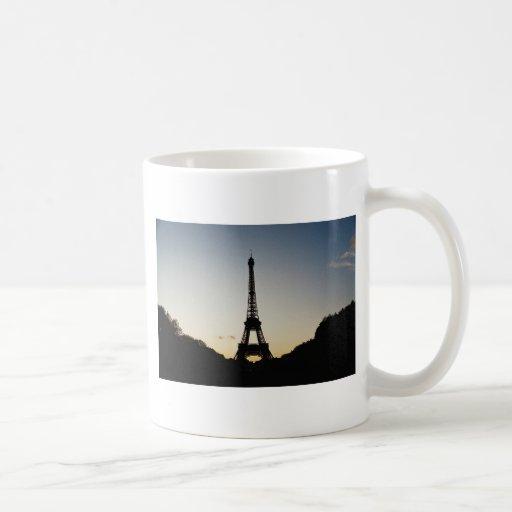 Silueta de la torre Eiffel Taza Básica Blanca