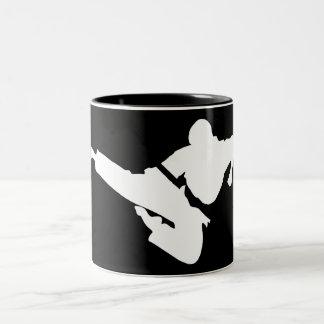 silueta de los artes marciales taza de café de dos colores