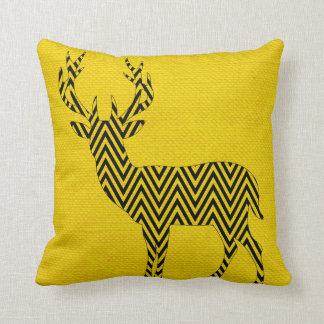 Silueta de los ciervos de Chevron en amarillo de Cojín Decorativo