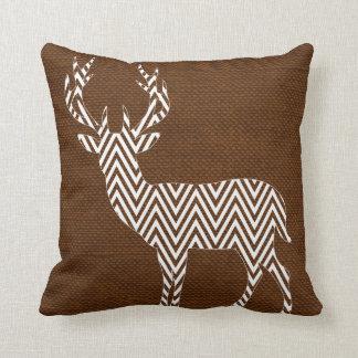 Silueta de los ciervos de Chevron en blanco marrón Cojín Decorativo