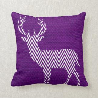 Silueta de los ciervos de Chevron en púrpura de la Cojín Decorativo