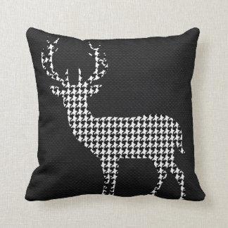 Silueta de los ciervos de Houndstooth en blanco Cojín Decorativo