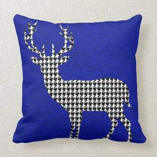 Silueta de los ciervos de Houndstooth en el Cojín Decorativo