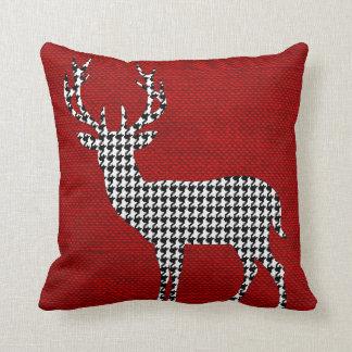 Silueta de los ciervos de Houndstooth en rojo de Cojín Decorativo