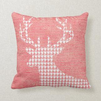 Silueta de los ciervos de Houndstooth en rosa de Cojín Decorativo