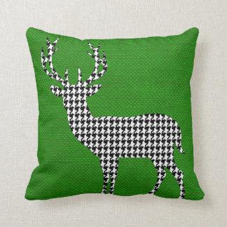 Silueta de los ciervos de Houndstooth en verde de Cojín Decorativo