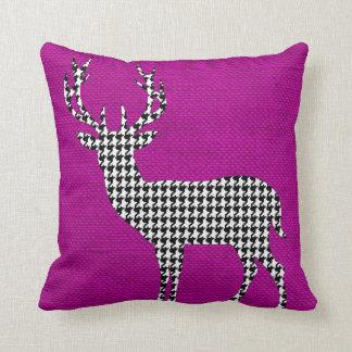 Silueta de los ciervos de Houndstooth en violeta Cojín Decorativo