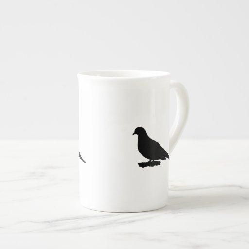Silueta de luto de la paloma o del pájaro de los taza de porcelana