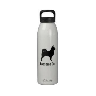 Silueta de pelo largo de la chihuahua con el texto botellas de agua reutilizables