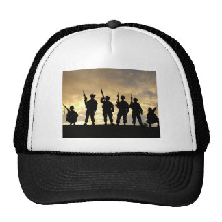 Silueta de soldados en la 101a división aerotransp gorras