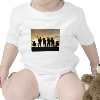 Silueta de soldados en la 101a división aerotransp trajes de bebé