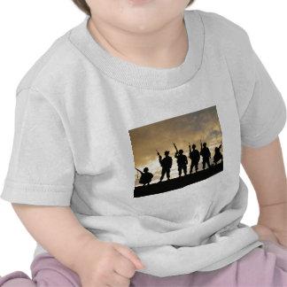 Silueta de soldados en la 101a división aerotransp camisetas