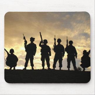 Silueta de soldados en la 101a división aerotransp alfombrillas de raton