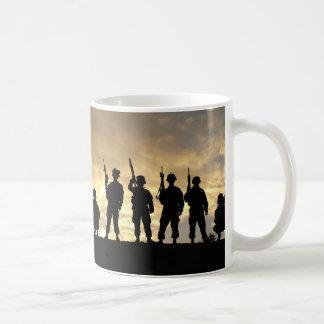 Silueta de soldados en la 101a división aerotransp tazas de café