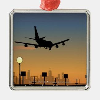 Silueta de un aeroplano en vuelo adorno cuadrado plateado