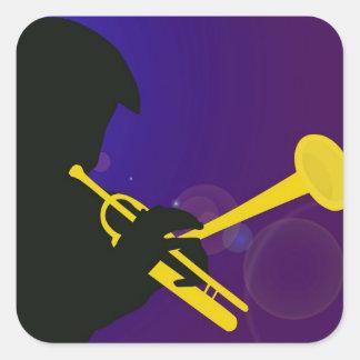 Silueta de un jugador de trompeta en púrpura y pegatina cuadrada