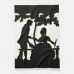 Silueta de un par en amor en un parque toalla