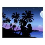 Silueta de un par que abraza en la playa postal
